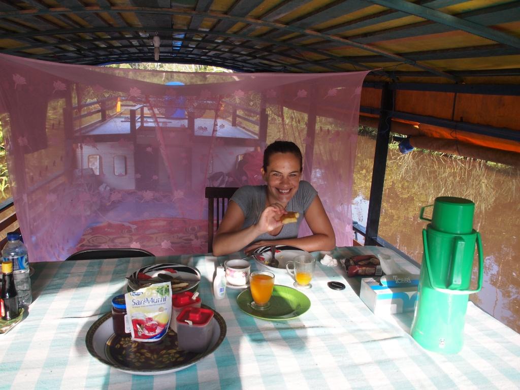 Frühstück weltreise hausboot kalimantan