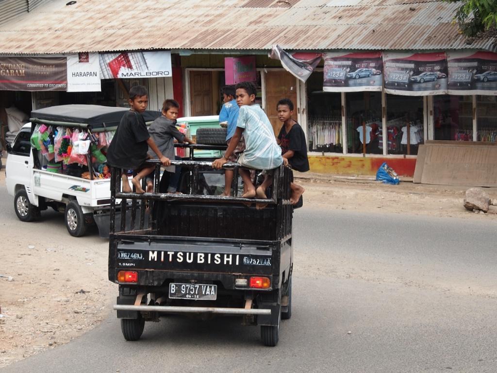 lastwagen-kinder-labuanbajo